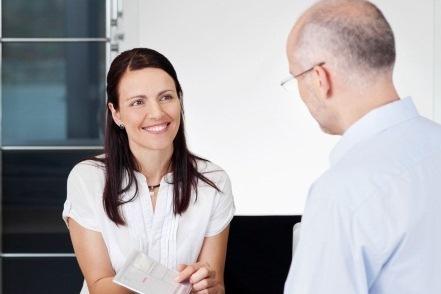 Praxismanagerin berät einen Patienten zu den IGel-Angeboten.